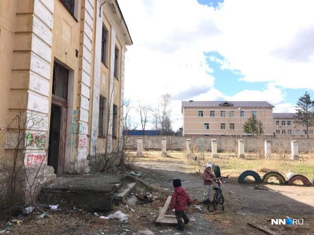 У заброшенной школы играют дети