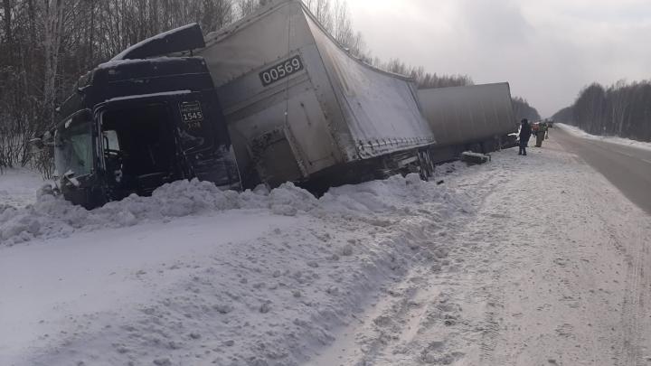 На месте смертельного ДТП с фурой погиб ещё один водитель: он въехал в опрокинувшийся большегруз