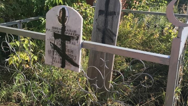 В Кинельском районе вандалы осквернили кладбище