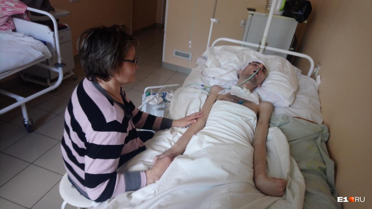 Владимир лежит в свердловском госпитале для ветеранов войн. Мама не отходит от его больничной койки в надежде, что сын пойдёт на поправку