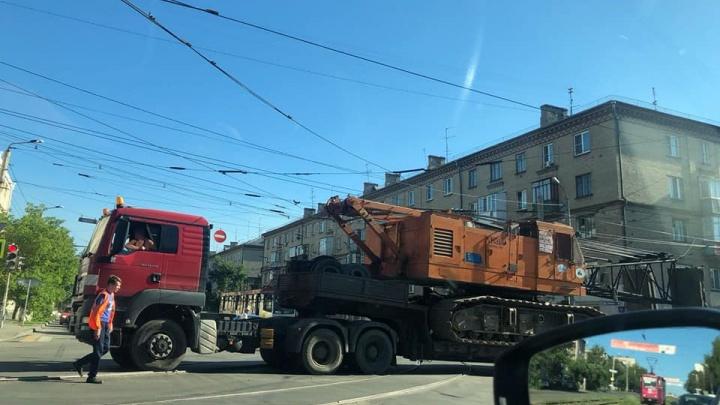 «Глазомера нет»: трал оборвал провода в центре Челябинска и остановил движение трамваев