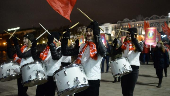 В честь Октябрьской революции по центру Екатеринбурга прошлись красивые барабанщицы и пенсионеры