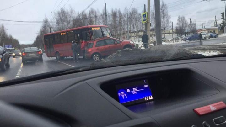 На Ленинградском проспекте маршрутка смяла автомобиль: на дороге пробка
