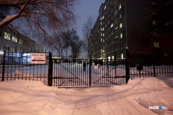 Возле ворот висит табличка о том, что проход в 20 метрах