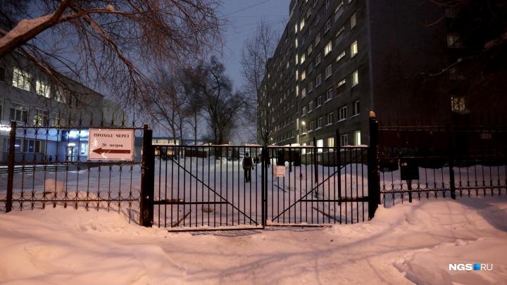 «Люди с палочками не могут добраться»: к поликлинике №16 на Блюхера закрыли проезд