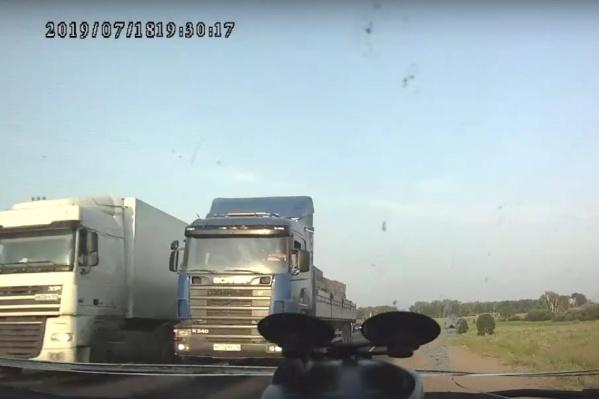 Водитель грузовика даже не убедился, что полоса свободна для обгона