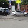 «Водитель сильно пострадал»: в центре Челябинска Lada вылетела на тротуар возле банка