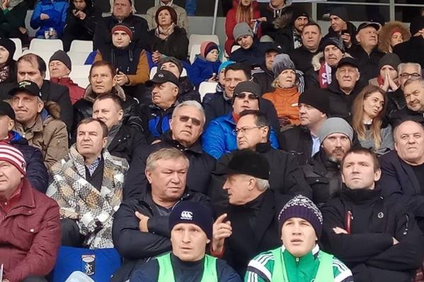 Во время матча Александр Усс и Эдхам Акбулатов сидели рядом
