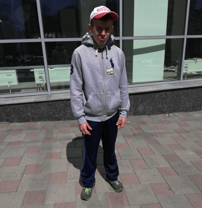 Роману 19 лет, из-за родовой травмы он страдает ДЦП