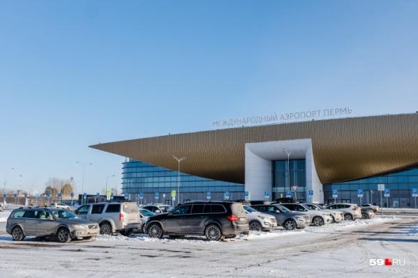 Сейчас пассажиры ждут запасной самолет в пермском аэропорту
