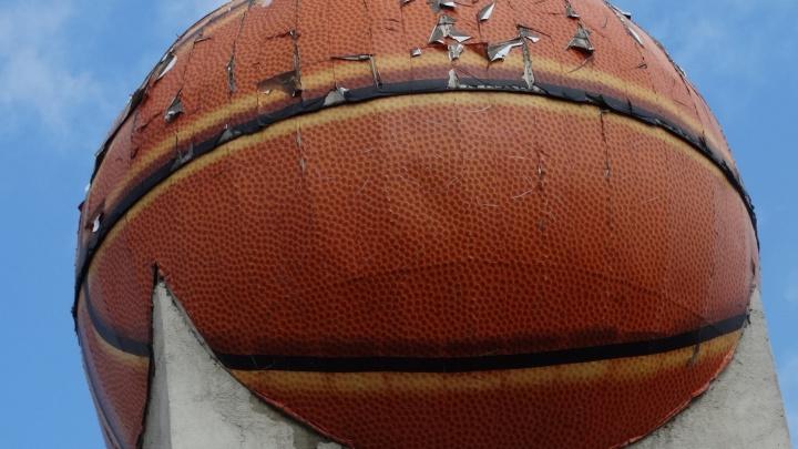 Челябинскому Дворцу пионеров выкатили круглую сумму за демонтаж облезлого баскетбольного мяча