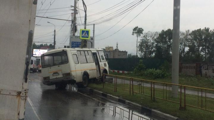 В Ярославле маршрутка снесла светофор