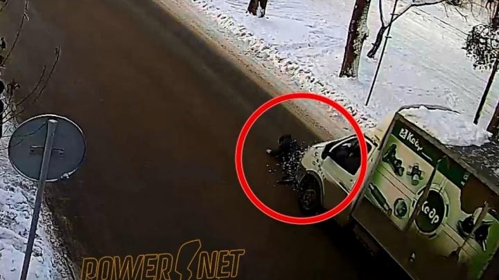 «Бросился под машину»: волгоградец чудом выжил, прокатившись 10 метров по ледяному асфальту, — видео