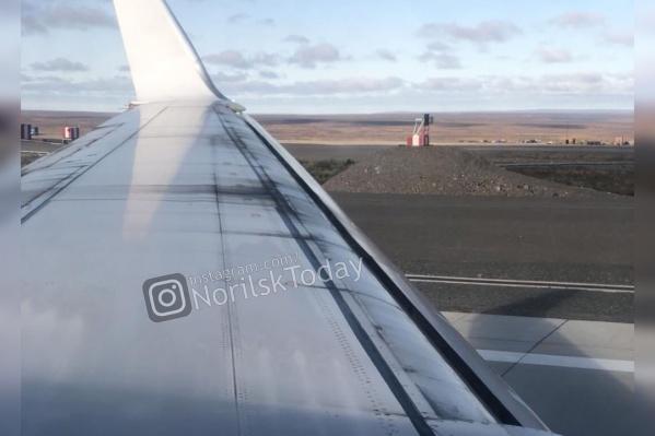 По словам пассажиров, в крыло ударила молния