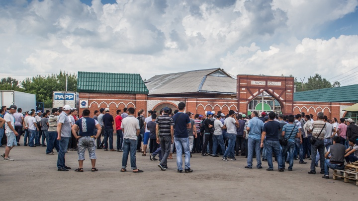 Снимают отпечатки пальцев: полиция пришла на Хилокский рынок с новым рейдом