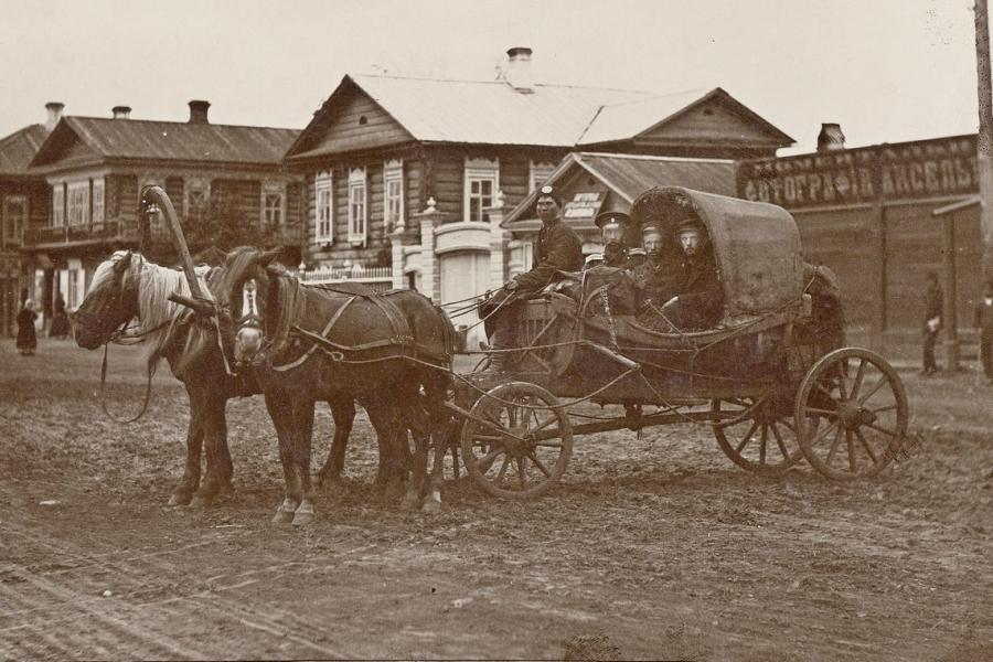 Конный почтовый экипаж на улице Воскресенской (конец ХIХ – начало ХХ века)