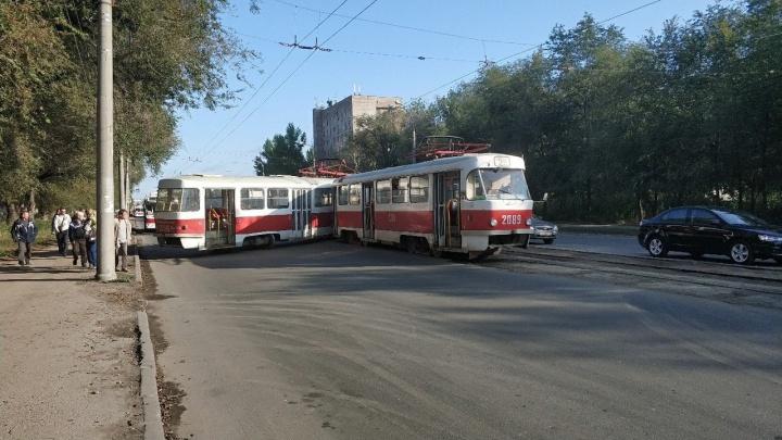 Сложило пополам: на Кирова трамвай сошел с рельсов