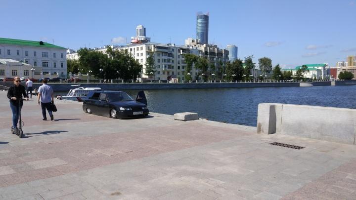 Дерзко: водитель припарковал заниженную Lada прямо на Плотинке