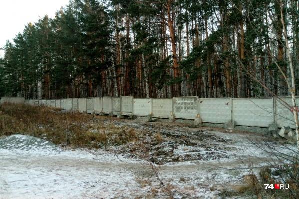 Бетонный забор появился в самом начале улицы Хариса Юсупова