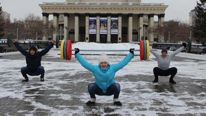 Новосибирцы бросились фотографироваться со штангами на фоне оперного театра и Бугринского моста