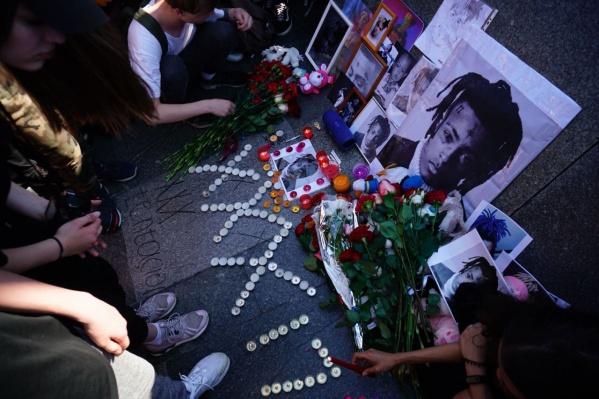 Сегодня поклонники творчества убитого 19 июня американского рэпера XXXTentacion пришли на площадь Ленина почтить память своего кумира