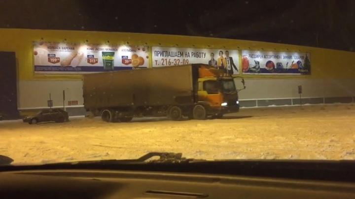 «Когда не успел сдать товар»: водитель фуры устроил снежный дрифт у ТК КС