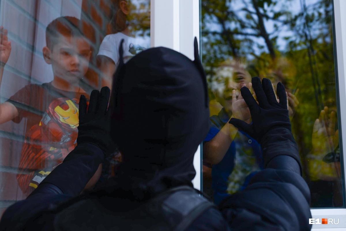 Дети буквально прилипли к окнам