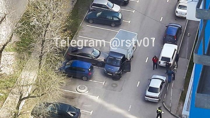 В Ростове «Газель» протаранила машину и дерево