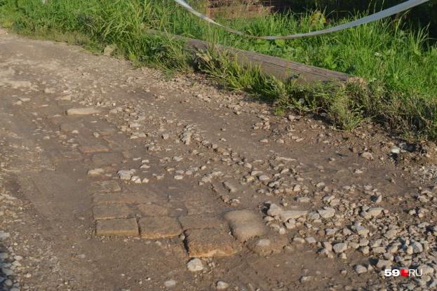 Первая дорога пролежала год, а потом жители Пыскора решили построить вторую. По своей уникальной технологии