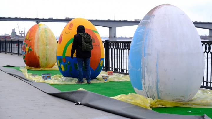 Лучше поздно, чем никогда: на набережной в Перми красят пасхальные яйца