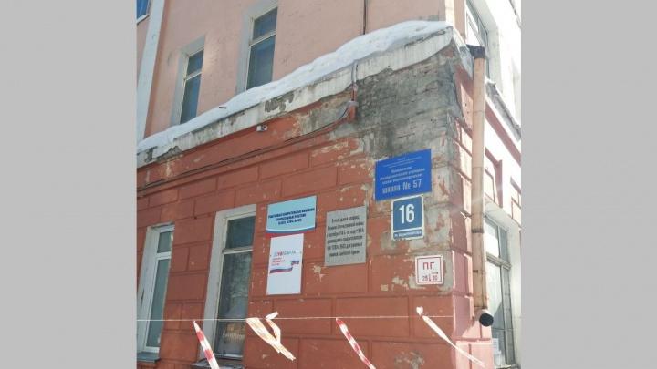 Фото: в новосибирской школе трескаются стены и отваливается штукатурка
