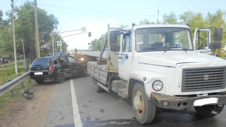 В Ярославской области грузовик протаранил иномарку: водителя госпитализировали