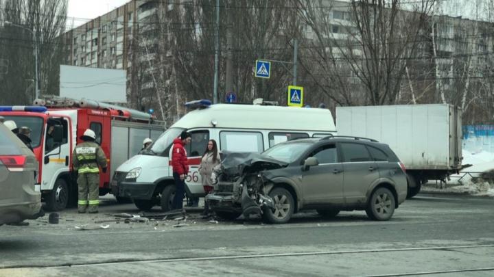 Разворотило багажники: в Самаре на Осипенко столкнулись два внедорожника