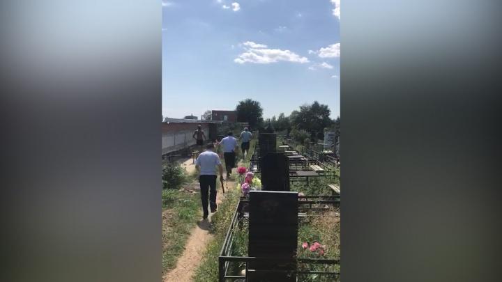 Крушил надгробия и ограды: в Сети появилось видео с буйствующим на Северном кладбище вандалом