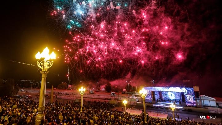 Стрелы, пионы и тонны золота: смотрим фейерверк на День города с высоты птичьего полета