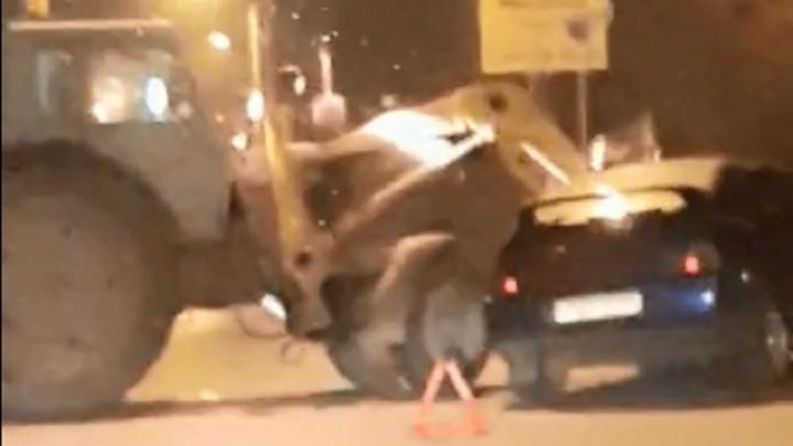 В Волгограде трактор разбил ковшом легковушку