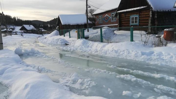 В поселке Верхняя Базаиха из-за перемерзшего ручья затопило улицу