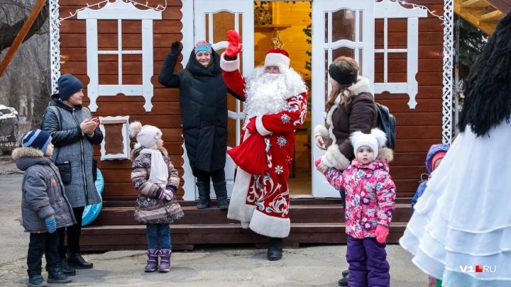 «Коммунальщики снег почистили, но пробки подвели»: в сером Волгограде открыл резиденцию Дед Мороз