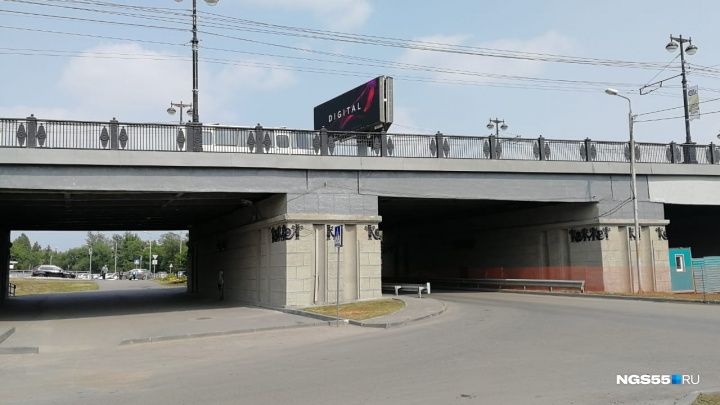 С Комсомольского моста на улицу Бударина упал 21-летний омич