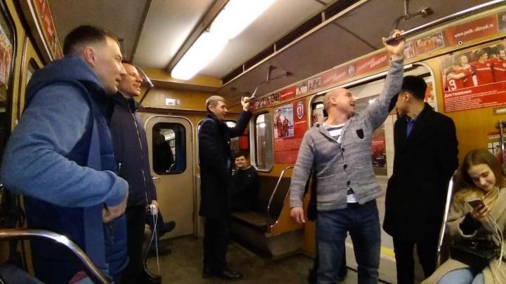 Новосибирцы устроили странные танцы под электронную музыку в вагоне метро