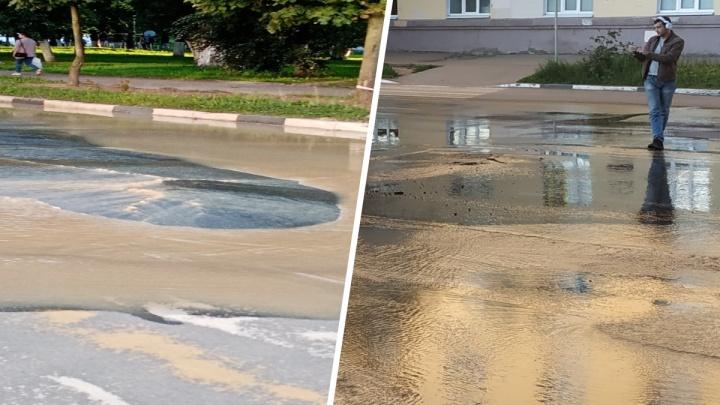 «Асфальт еле держится»: из-за аварии в центре Ярославля затопило проспект