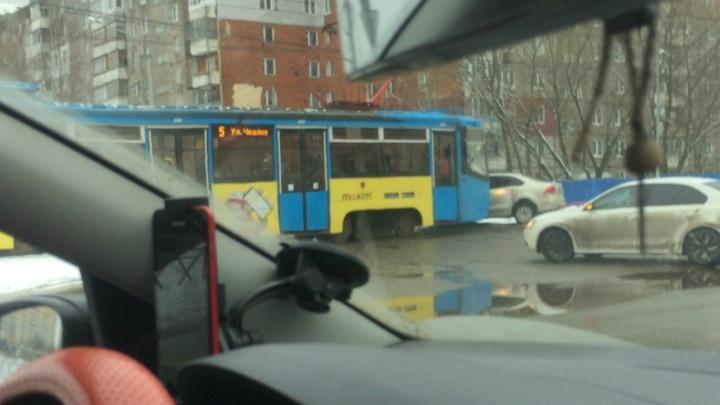 В Ярославле трамвай протаранил легковушку