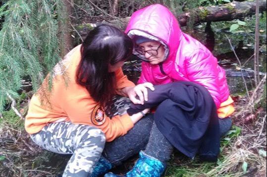 Сидела в болоте: ярославские волонтёры спасли заблудившуюся в лесу бабушку