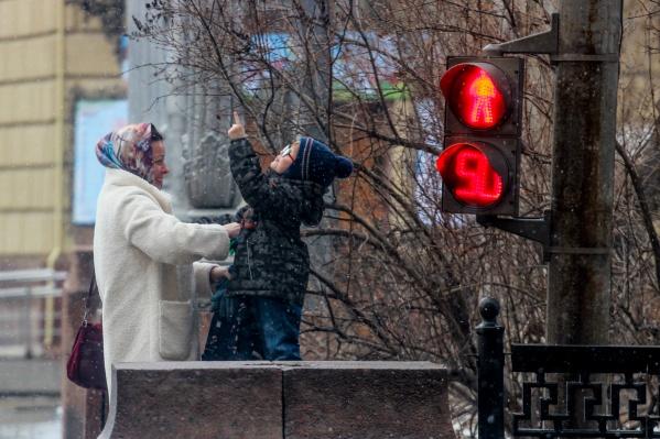 У каждого своя радость: для ребенка — пушистый снег, для мамы — улыбка на лице сына
