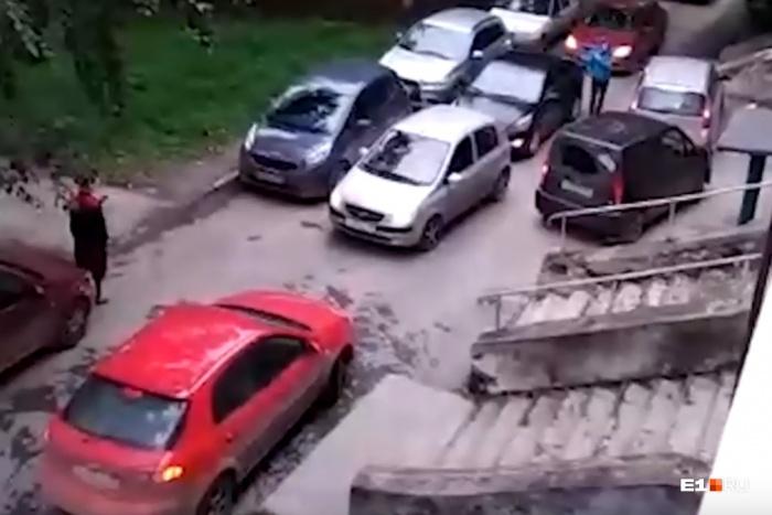 Машины заблокировали двор на Старых Большевиков