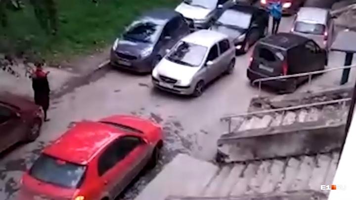 Машины встали в глухую пробку во дворах на Эльмаше из-за новой трамвайной ветки в Верхнюю Пышму