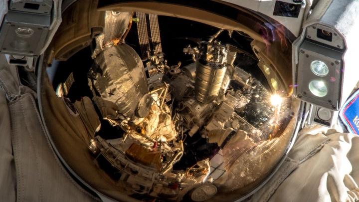 Опубликованы фото работы Олега Кононенко в открытом космосе
