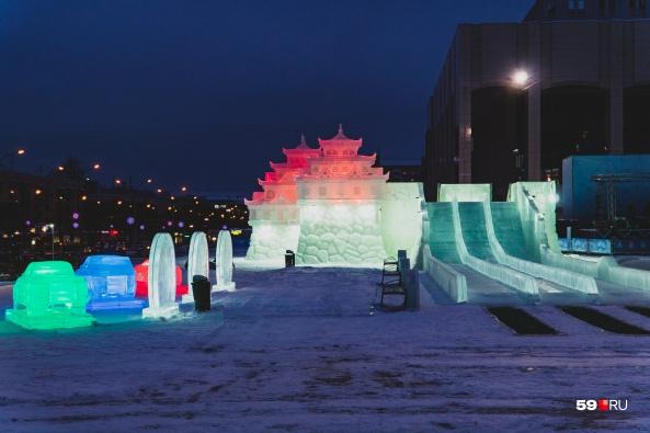 В этот раз ледовый городок оформили в восточном стиле