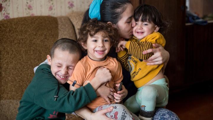 «Помогите, мне страшно!»: как пытается выжить в провинции брошенная табором многодетная цыганка