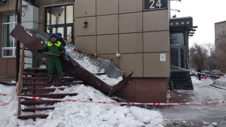 На левом берегу рухнула крыша банкетного зала — она придавила женщину